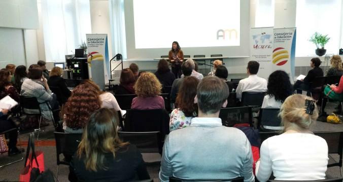 Ana Martín presentando su ponencia en el Congreso CIEFE (Amsterdam)
